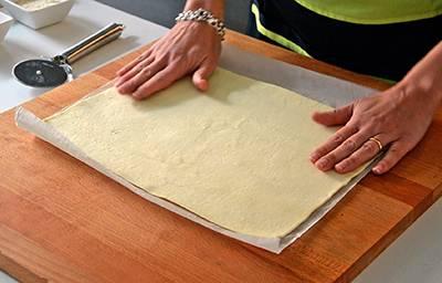Srotolare la pasta sfoglia e segnare la metà