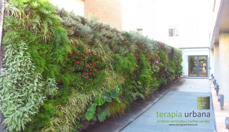 Jard n vertical de terapia urbana arquitectura y dise o for Riego de jardines verticales
