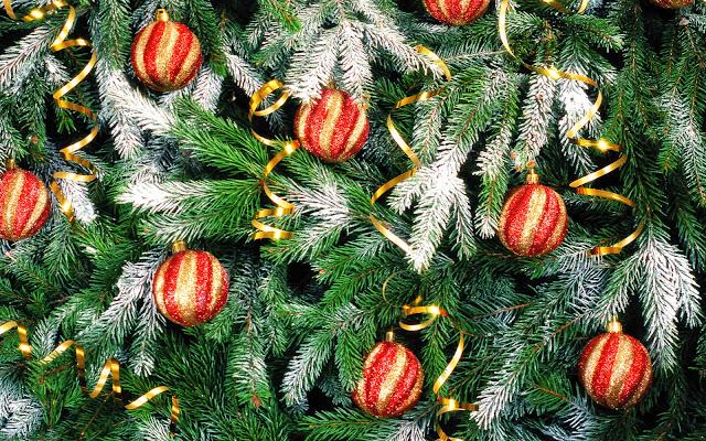 Boom met rood gouden kerstballen