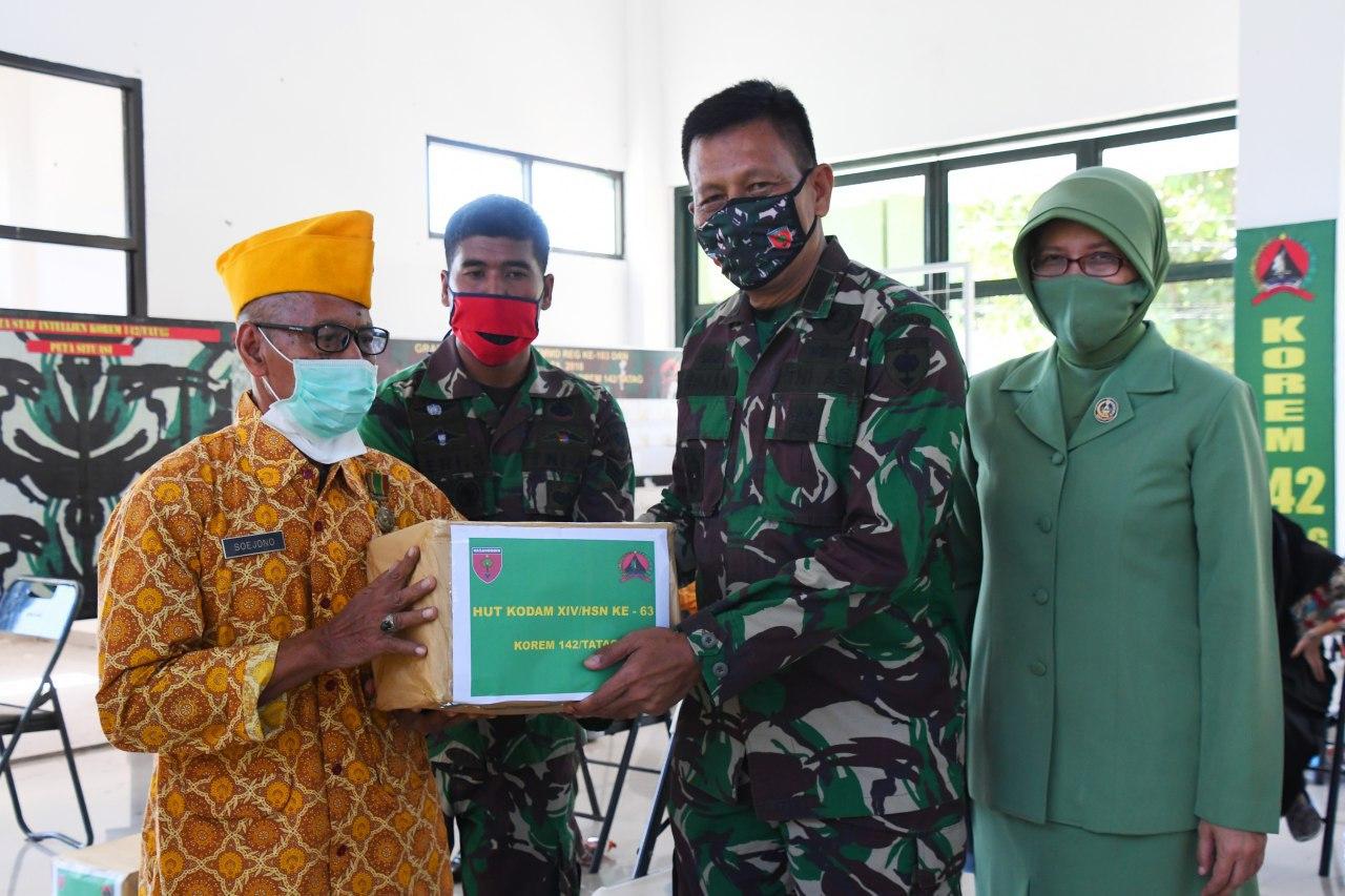 Danrem 142/Tatag Bersama Ibu Ketua Persit KCK Koorcab Rem 142 Bagi Sembako