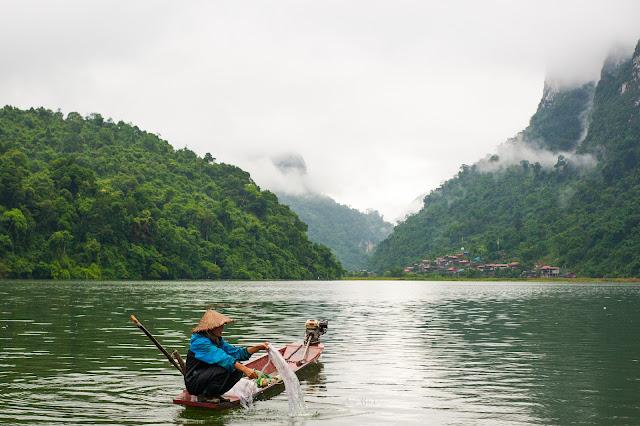 Ngư dân sống trong Hồ Ba Bể