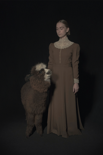 Photo by Tami Bahat - The Wool Gatherer - 2017 - From the Dramatis Personae series | fotos surrealistas bellas, imagenes chidas de obras de arte contemporaneo en claroscuro | afliccion, soledad y tristeza
