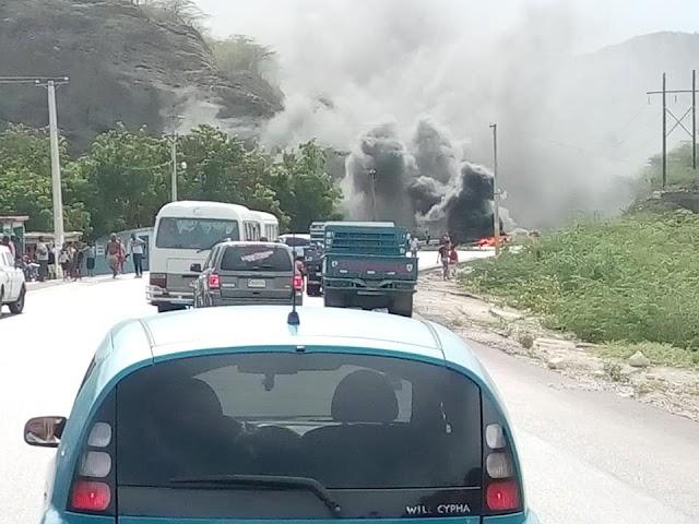 """""""Quillao"""" por apagones protestan en Barahona; obstaculizan vías"""