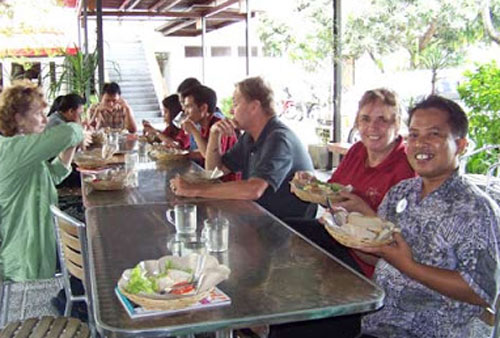 OZ MATE :  Saya (kanan) saat makan siang dengan sahabat sahabat Austraia yang menjadi pengajar di IALF Denpasar Bali. Foto tanun 2010.  Dokumentasi Syahrir Badulu/Makasar