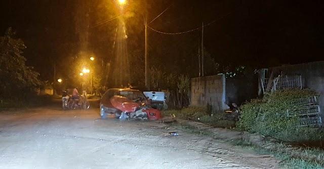 Acidente com 3 veículos destrói muro e motocicleta no bairro Santa Izabel.