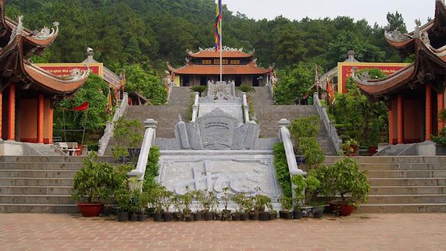 Đền thờ thầy giáo Chu Văn An trên Núi Phượng Hoàng
