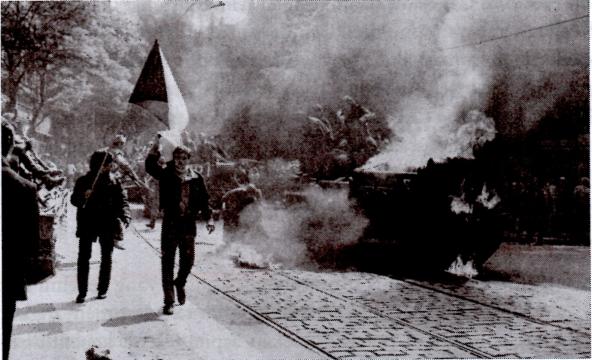 Pembakaran tank milik Uni Soviet oleh orang-orang Cekoslovvakia saat terjadinya Musim Semi Praha.