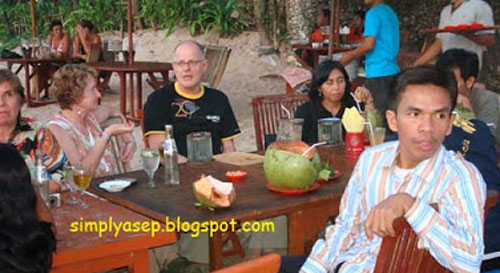 ORDER MENU: Dinner menu has been ordered, so before the Dinner event starts, let's gossip first hiehiehiehiee. Photo of Asep Haryono