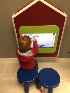 Ikea: Das Kind malt mit den Fingern am digitalen Bildschirm