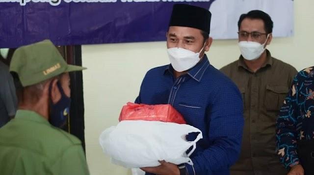 Ketua Komisi II DPRD Lampung WFS Bagikan Masker Ke Hansip
