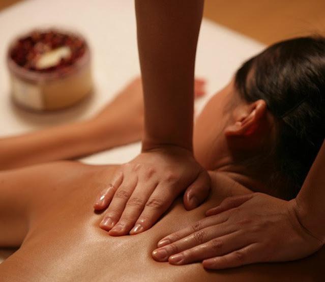 Bôi dầu nóng và massage vùng vai gáy để phòng chống nhức mỏi do trời lạnh