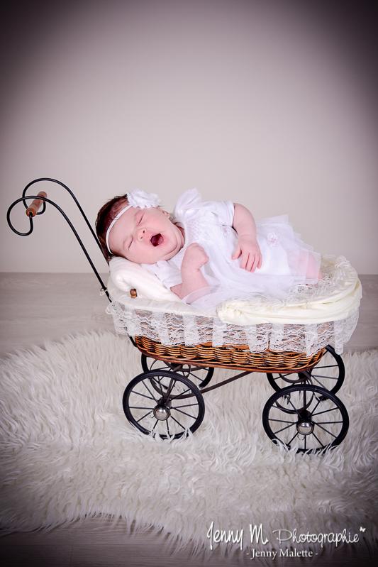 photo bébé dans mini landau poupée