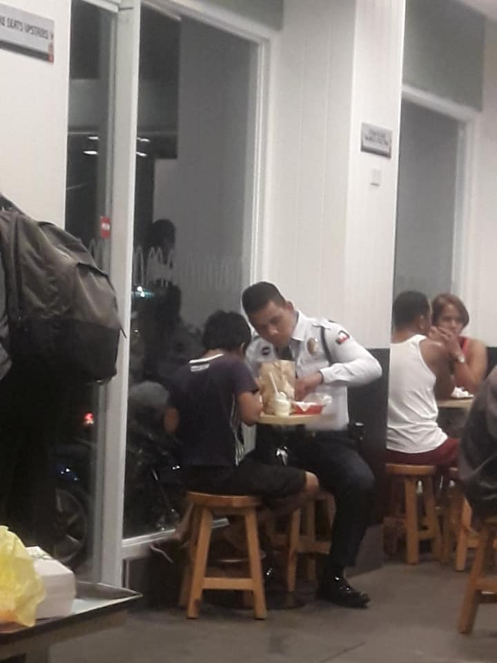 Guard goes viral for treating street kids to dinner