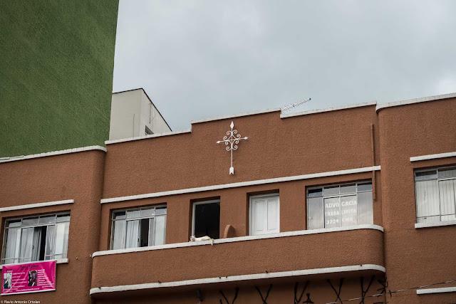 Um pequeno edifício na Rui Barbosa - detalhe de ornamento de ferro