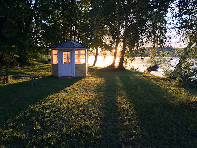 Fim de tarde às margens de um dos canais da Ilha de Kärsön, em Estocolmo, na Suécia