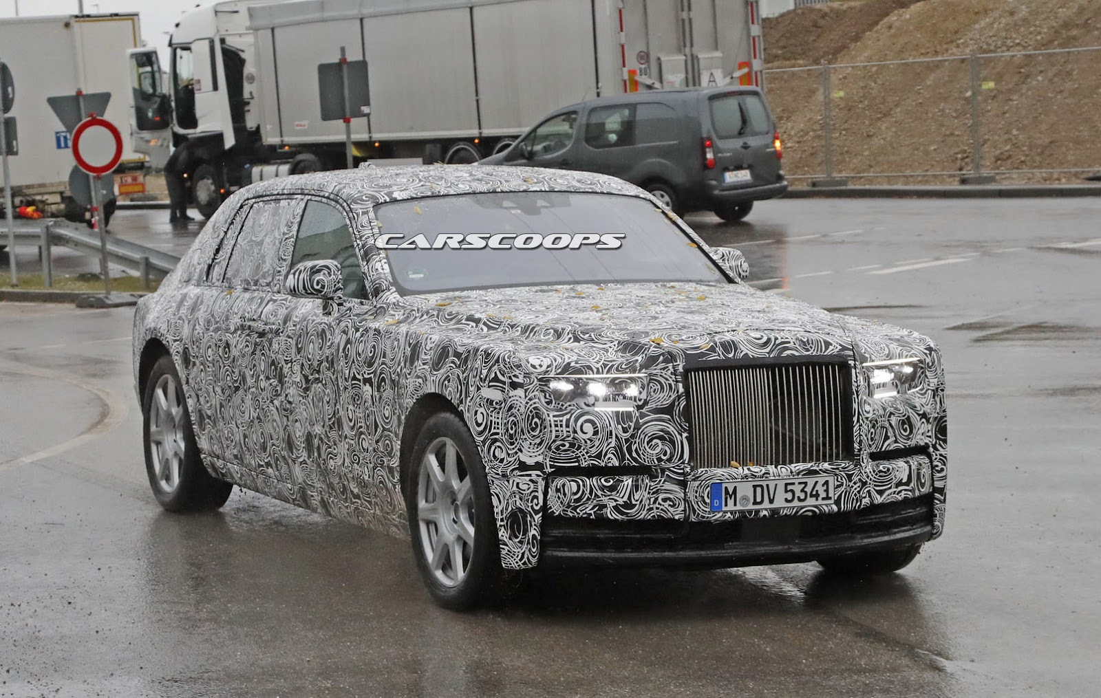 2018 rolls royce phantom prototype drops some camo tries. Black Bedroom Furniture Sets. Home Design Ideas