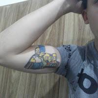tatuaje familia los simpson en el sillon