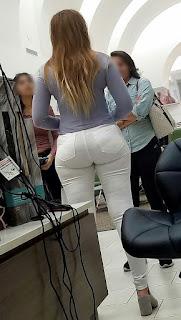 Hermosa mujer cola grande pantalón blanco apretado