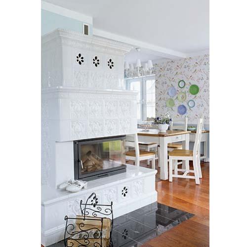Vista della stufa in maiolica del salotto di una casa arredata in stile inglese, scandinavo e americano