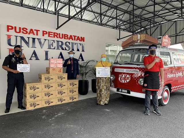 Representatives from Pusat Perubatan Universiti Malaya (PPUM) receiving product donations from KITKAT