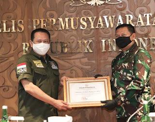 Ketua MPR RI Berikan Penghargaan Kepada Prajurit TNI