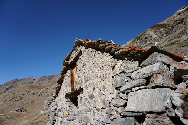 détail d'un vieux chalet sur le chemin du col d'invergnieux