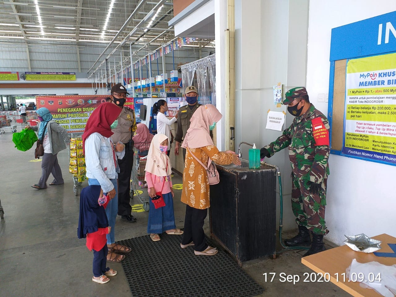 Satgas terpadu percepatan Penanganan Covid19 KBL laksanakan penegakan disiplin protokol kesehatan di Indogrosir Labuhan Ratu