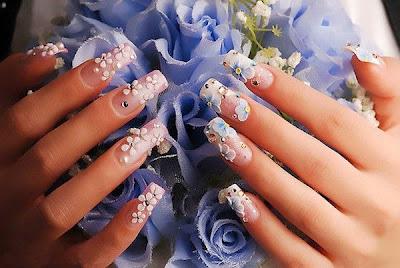 Estilo de uñas acrílicas flores y color rosa.