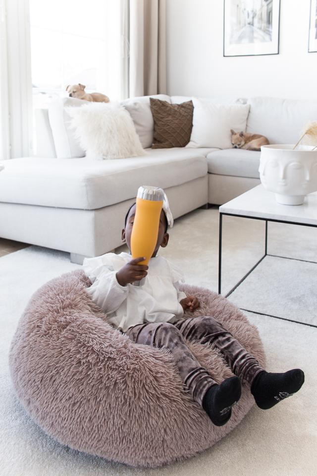 Villa H, olohuone, olohuoneen sisustus, koirat, lastenvaatteet