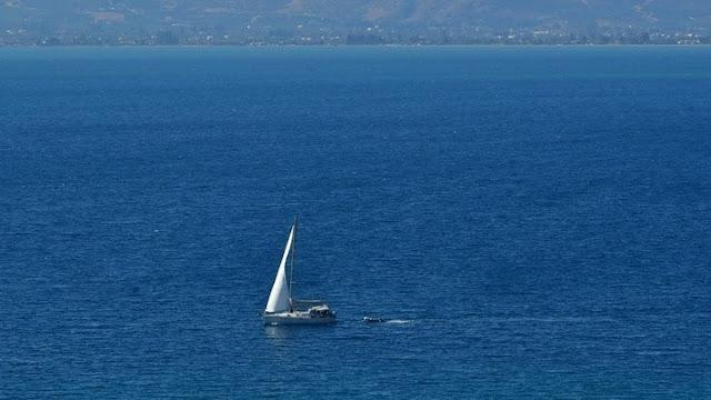 4 Έλληνες επιβαίνουν σε ακυβέρνητο ιστιοφόρο στον Σαρωνικό