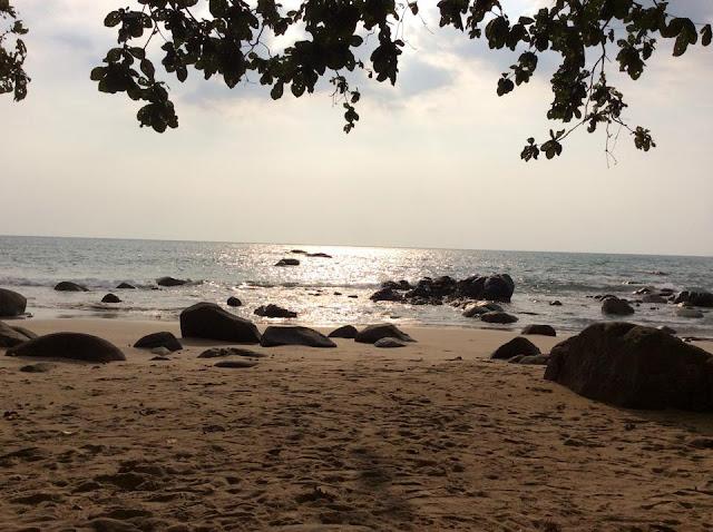 หาดเขาหลัก เป็นที่ท่องเที่ยวที่ขึ้นชื่ออีกแห่งหนึ่งของจังหวัดพังงา