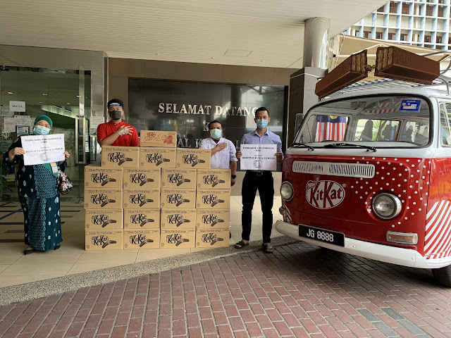 The KITKAT Break Bus donating products for 8,000 frontliners at Hospital Kuala Lumpur, in appreciation of their dedicated efforts in the fight against COVID-19.