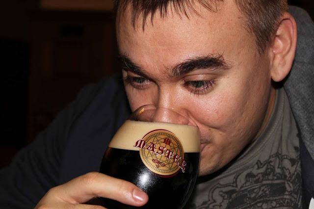 Oluen nauttimisen kohokohta on, kun saa siemaista suuhunsa tätä makoisaa juomaa! Kippis!