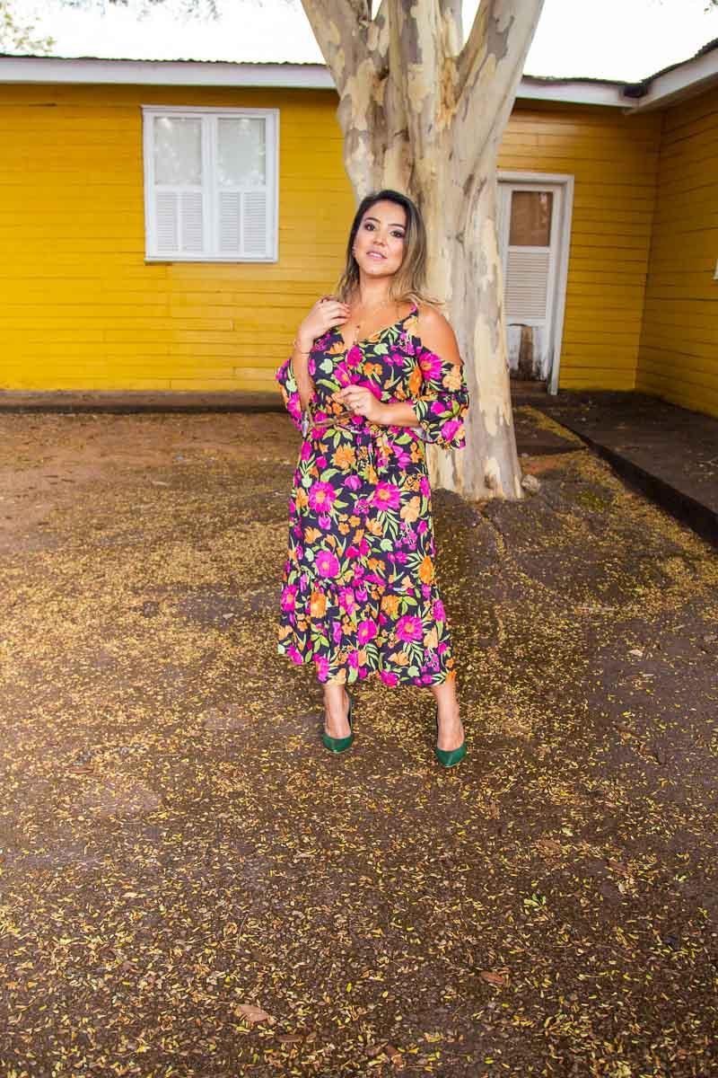 O impacto da nossa marca pessoal através do que vestimos: vestido floral com fundo escuro