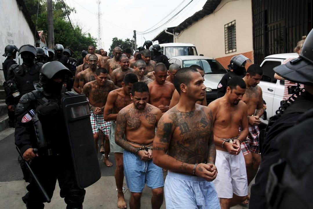 Nayib Bukele ordena que los presos en cárceles salvadoreños trabajen en la construcción de comisarias policiales