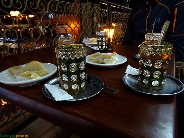 tomando un té de noche en la Plaza Jemmá el Fna