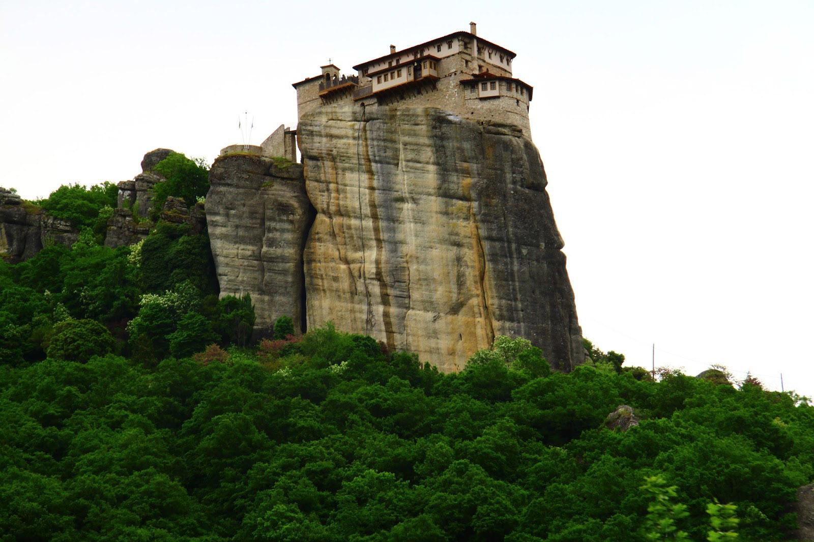 Парящие монастыри Метеоры на скалах в Греции
