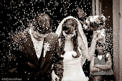 saída dos noivos, casamento, noivos, noiva, noivo, cerimônia, saída, chuva, arroz