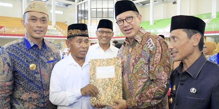 Menag Lukman berikan surat pengukuhan kepada perwakilan guru agama non PNS di Kab. Gorontalo.