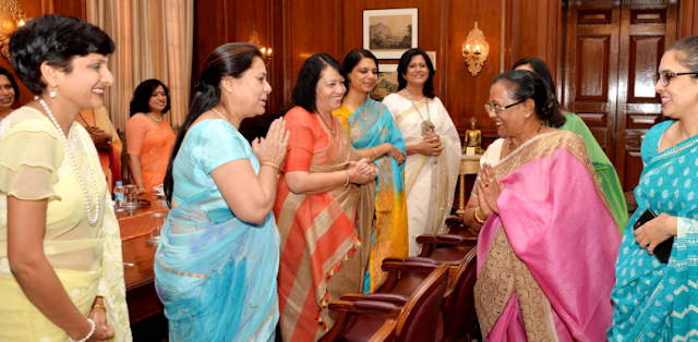 The First Lady of India with Army Personnel's wife-photo