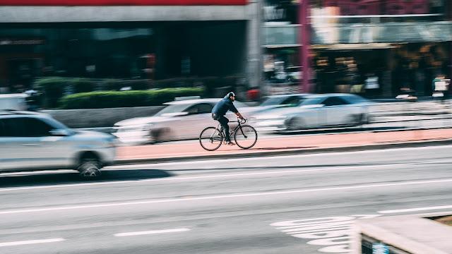 ciclista andando em ciclofaixa