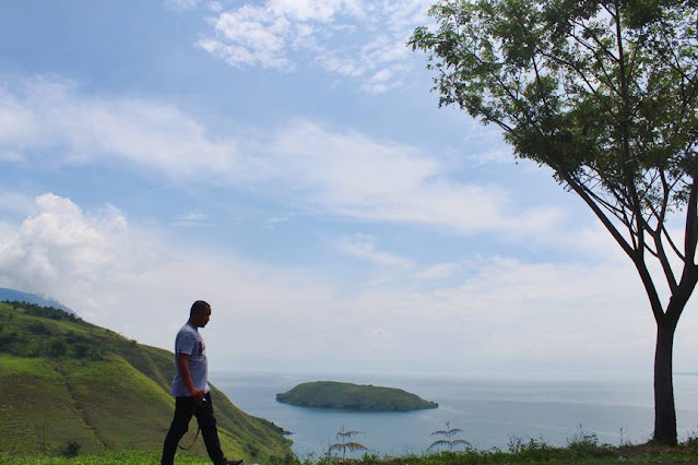 Memandang Pulau Tulas dari Atas Bukit Burung Samosir