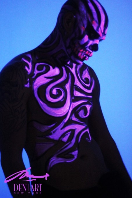 07-Night-Time-Skull-Danny-Setiawan-Denart-Studio-Body-Painting-with-a-UV-Paint-and-a-Black-Light-www-designstack-co