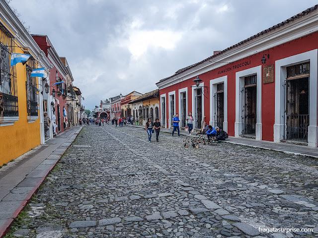 Rua pavimentada com pedras no Centro Histórico de Antigua, Guatemala