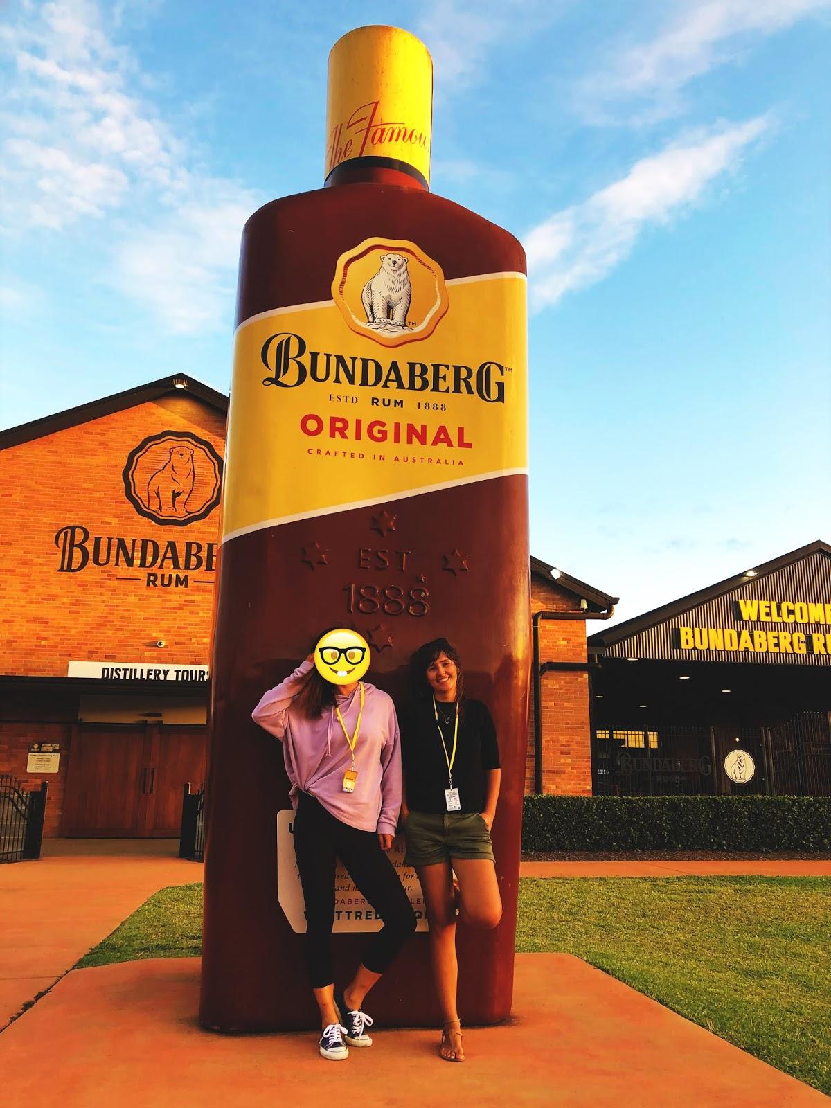 Dwie dziewczyny na przeciwko Bundaberg rum distillery