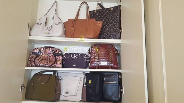 Bolsas reunidas no closet
