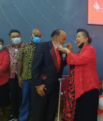 Pdt. Magdalena Manurung menyupkan kue ulang tahun kepada suaminya tercinta Pdt. Abraham A.D. Manurung