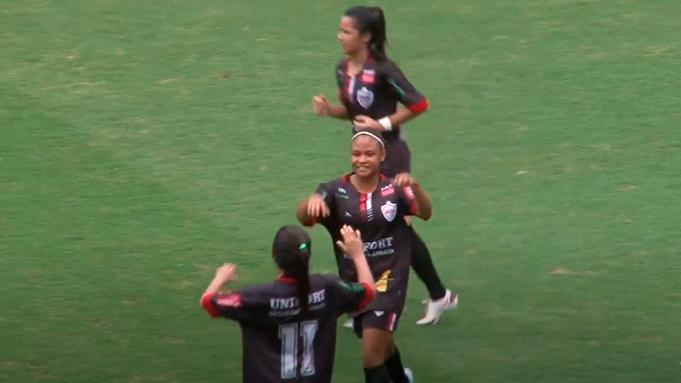 Atleta de futebol de campo feminino comemora gol