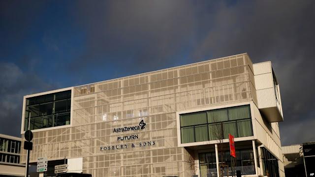Gedung kantor AstraZeneca di Brussel, 29 Januari 2021. (Foto: AP)