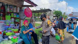 Bhabinkamtibmas Desa Salobulo, Sambangi Warga Binaannya Sekaligus Bagikan Masker Secara Gratis
